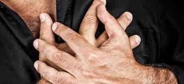 Ako rozpoznáte, že opatrovaná osoba utrpela akútny infarkt myokardu a ako jej poskytnúť prvú pomoc?